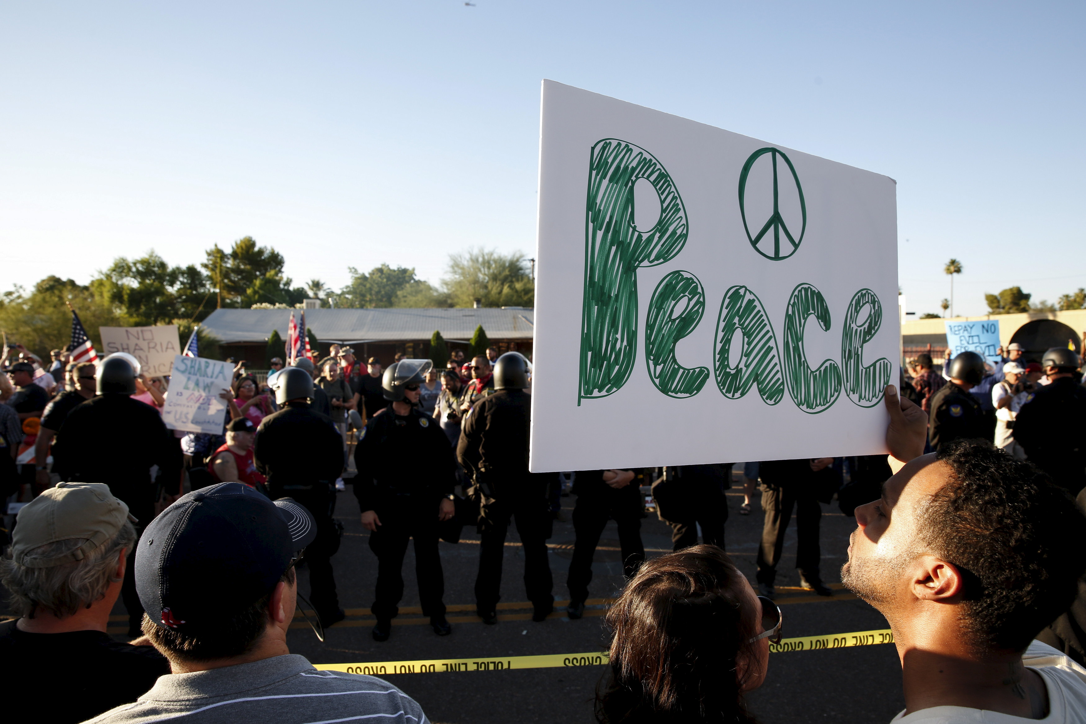 "Counter demonstrators look over to those attending the ""Freedom of Speech Rally Round II"" outside the Islamic Community Center of Phoenix, Arizona May 29, 2015. Photo by Nancy Wiechec/Reuters."