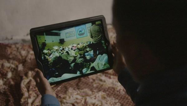 """في مشهد من الفيلم الوثائقي FRONTLINE """"الهروب من إريتريا"""" ، يعرض المصدر لقطات سرية من داخل أحد السجون."""