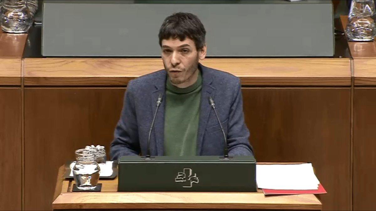Jon Hernández, Secretario del PCE-EPK crítica en el Parlamento Vasco los intereses económicos privados que están empobreciendo las pensiones.