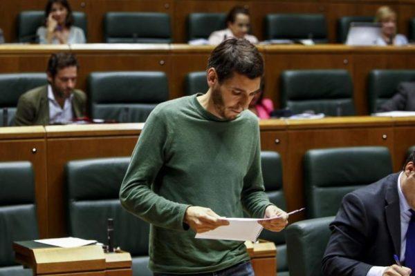 """El Secretario General del PCE-EPK acusa al Partido Socialista de """"cobarde y mentiroso"""" al incumplir su promesa de derogar la reforma laboral ante la presión de la derecha y la patronal más dura."""