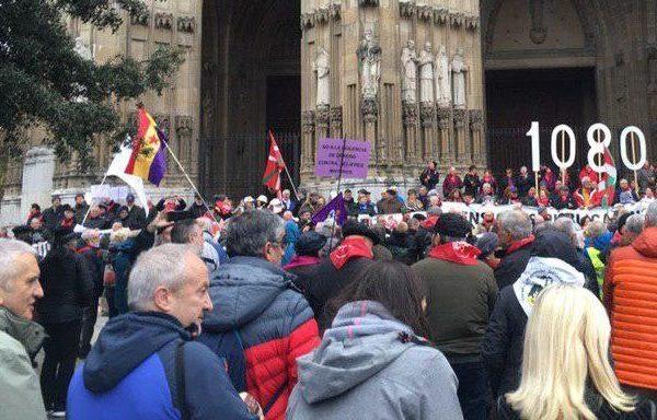 El movimiento por las pensiones públicas dignas se moviliza en Gasteiz y traslada sus reivindicaciones a los grupos políticos vascos.