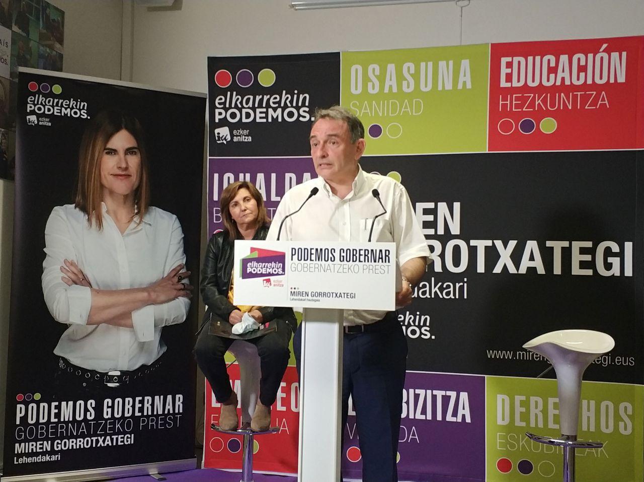 El Secretario General del PCE, Enrique Santiago apoyó ayer en Gasteiz la candidatura de Elkarrekin Podemos-IU.