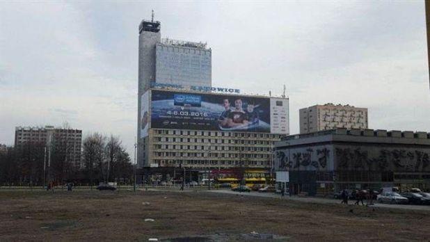 באמצע העיר, שלט עצום מבשר על קיומה של אליפות IEM 2016 בעיר