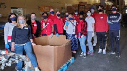 Volunteers food drive