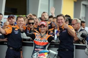 Dani Pedrosa celebra junto a su equipo la victoria en el Gran Premio de Alemania