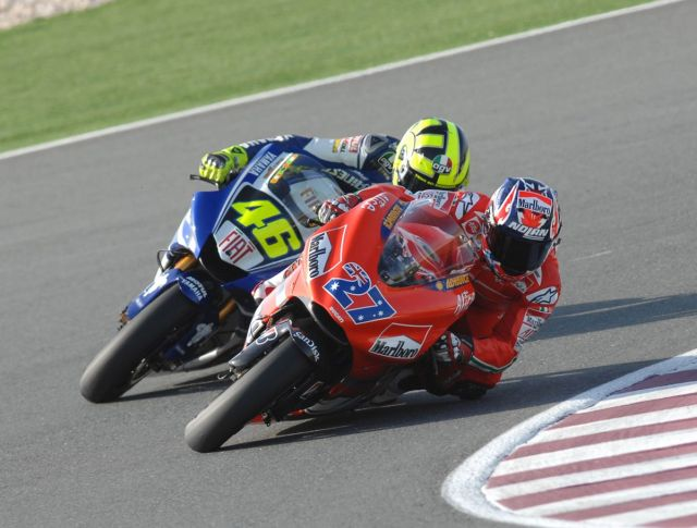 Casey Stoner, por delante de Valentino Rossi - Foto: © Ducati Press