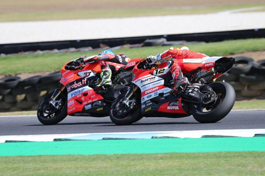 Marco Melandri y Xavi Forés durante la segunda carrera de Superbike en Phillip Island