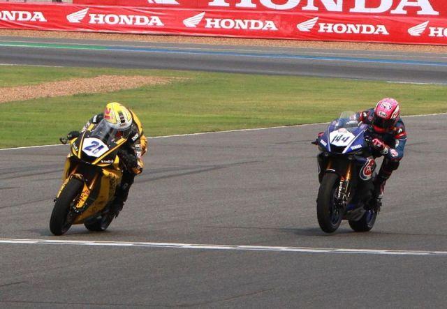 Randy Krummenacher y Lucas Mahias durante la carrera de Supersport en Tailandia