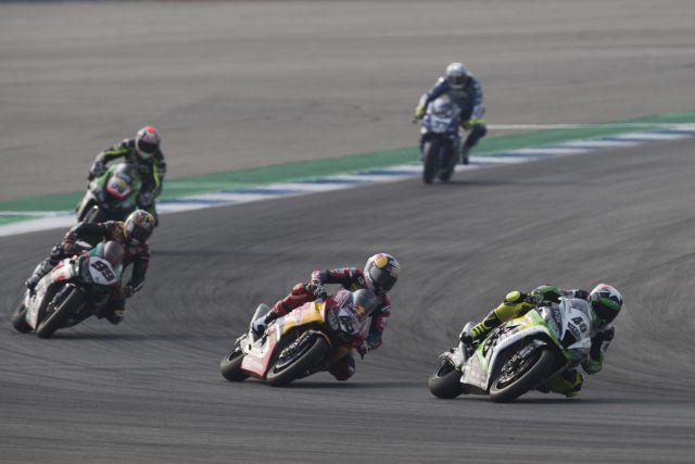 Román Ramos lidera el grupo durante la carrera de Superbikes en Tailandia