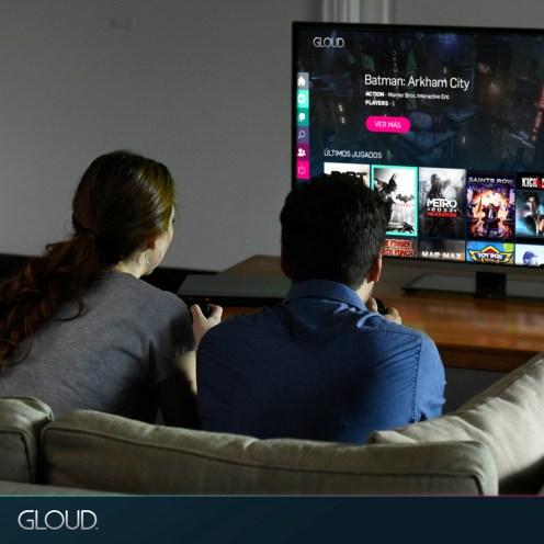 pareja-adolescente-sillon-living2_Facebook_1080x1080-_Agregar-zocalo-GLOUD-y-menu-pantalla