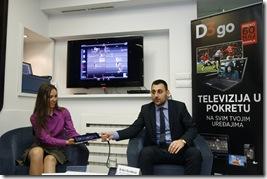 Jovana Lukic i Srdjan Djurdjevic pokazuju na iPAD uredjaju kako radi D3 GO usluga