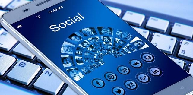 smartphone con app per social network