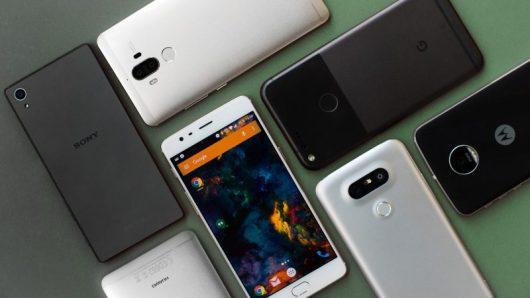 Gli smartphone sono inclusi tra i gadget tecnologici da regalare per Natale
