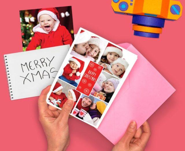 Mano che tiene cartoline di Natale