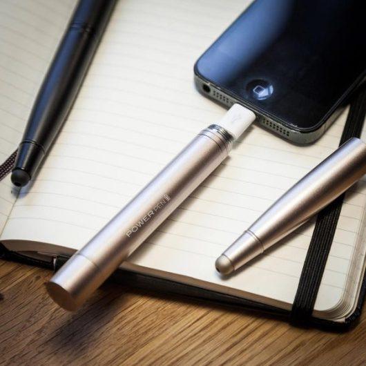 I regali tecnologici sotto i 30 euro includono questa penna caricabatterie