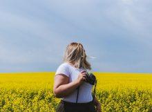 donna formosa con un prato di fiori gialli