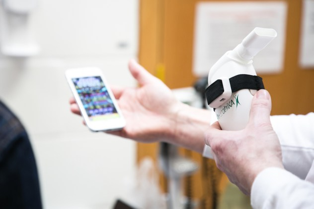 Image of a doctor holding a phone with the Playphysio app during a demonstration