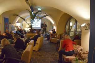 Obst Schartner bei seinem Vortrag im Café Nuovo