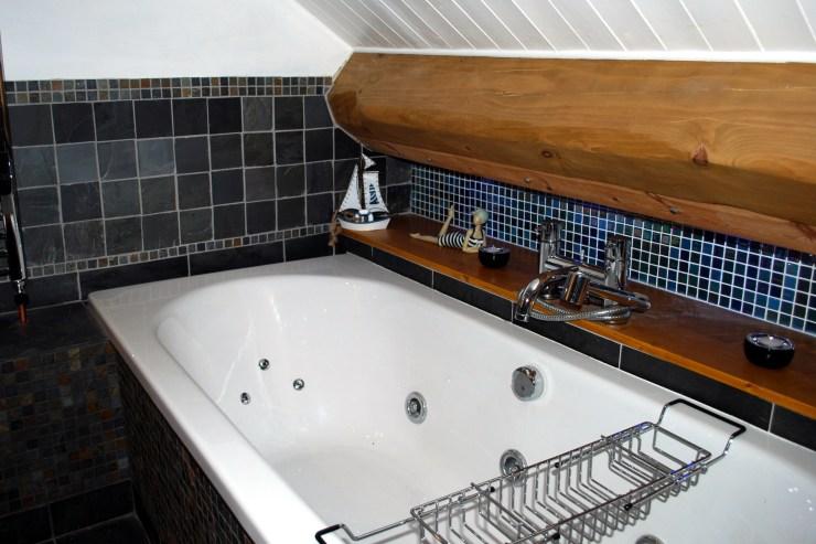 Corner Cottage, Stoney Middleton - Bathroom with Jacuzzi bath and desperate shower