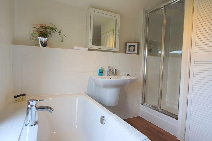 Carpenters Cottage - Family bathroom