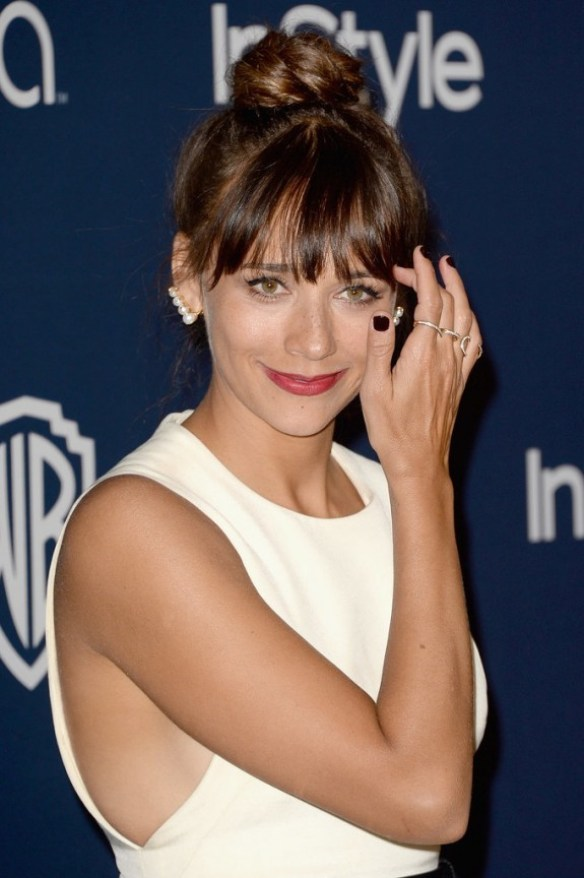 Rashida-Jones-added-delicate-set-Ana-Khouri-pearl-ear-cuffs-her-look-Golden-Globes