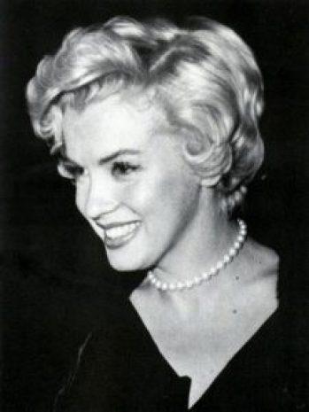 marilyn monroe wearing pearl necklace