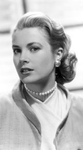 grace kelly wearing single strand pearl necklace