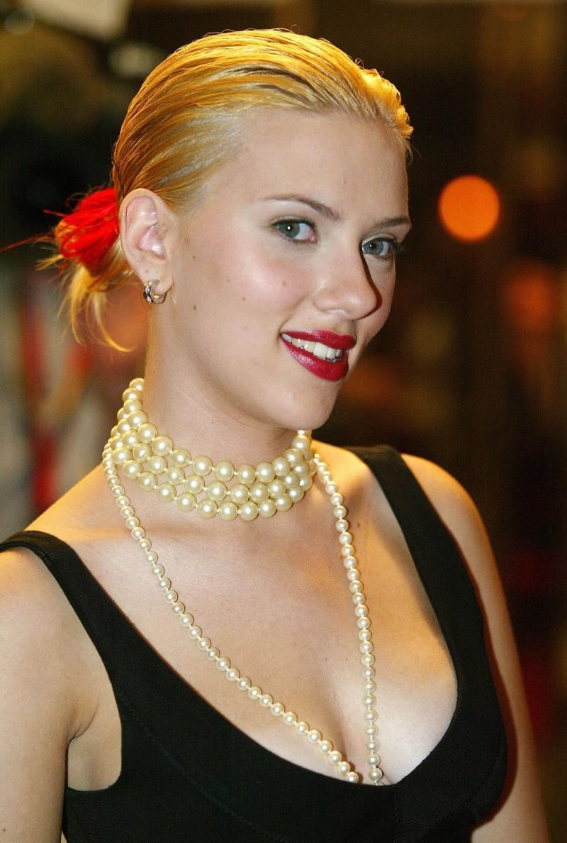 Celebrities In Pearls Scarlett Johansson Wearing Pearls
