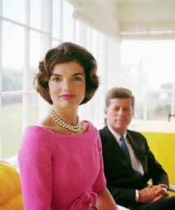 Jackie Kennedy trägt Perlen