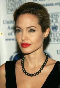 Angelina Jolie trägt Perlen
