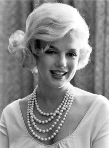 Marilyn Monroe trägt Perlenkette