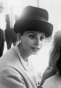how to wear pearls like Sophia Loren