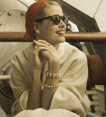 grace kelly wearing pearl set