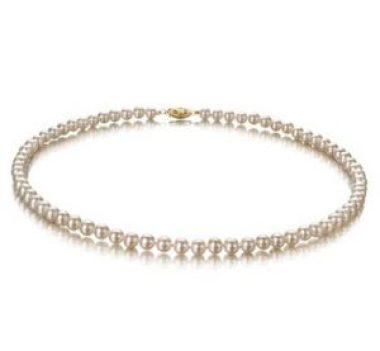 Perlen tragen bei der Arbeit
