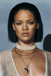 rihanna wearing pearl choker necklace
