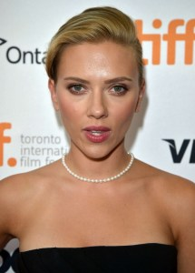 scarlet johanson wearing pearl choker necklace