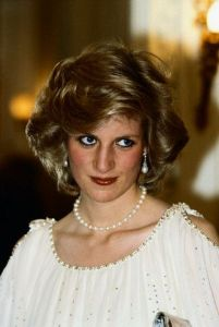 princess diana wearing pearl necklaces
