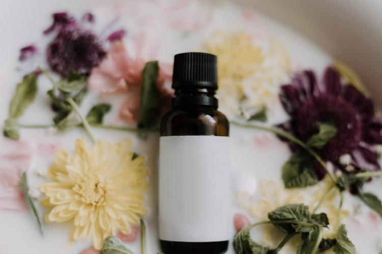 L'huile essentielle d'arbre à thé (tea tree) : l'ennemie des boutons