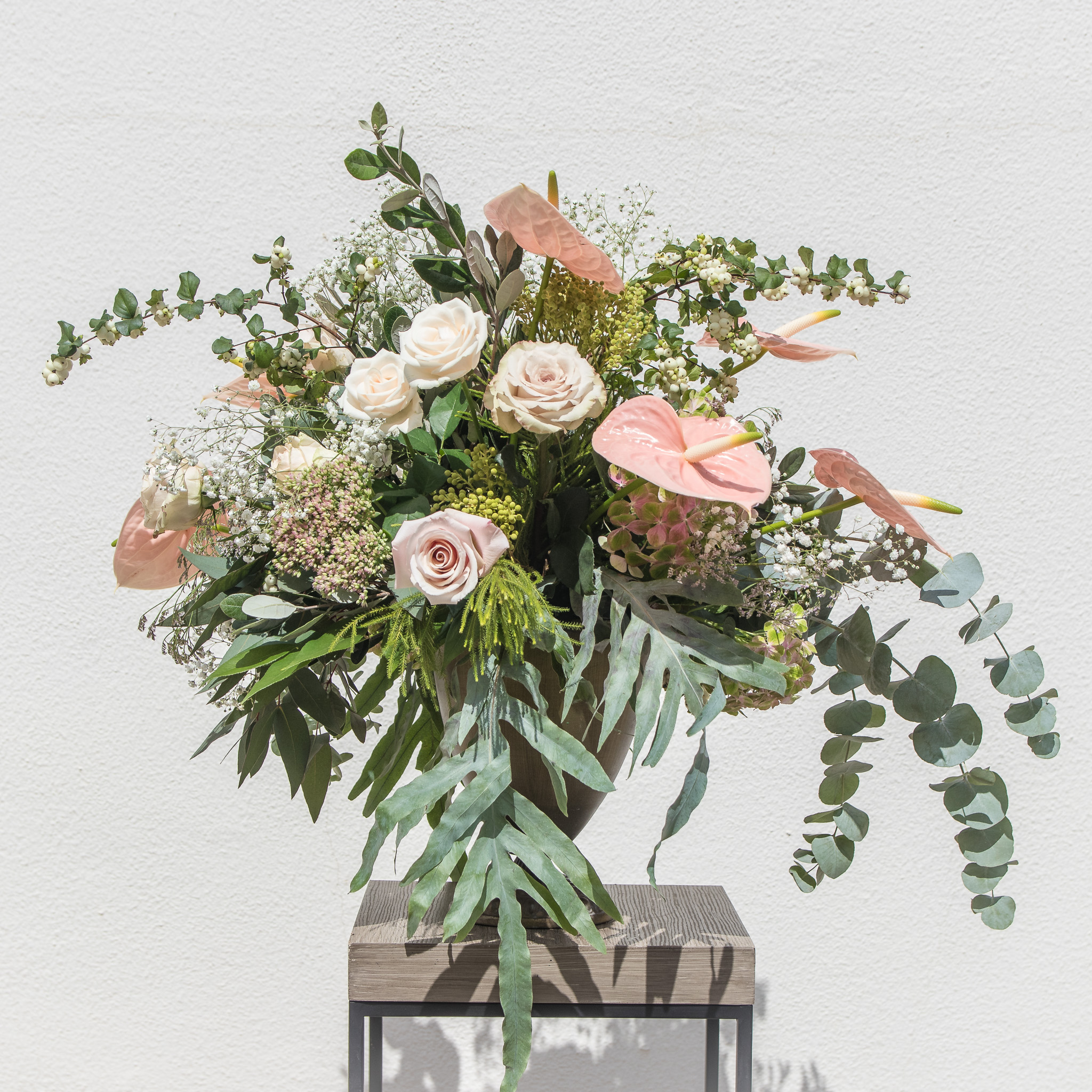 Copa de latón con flor de temporada