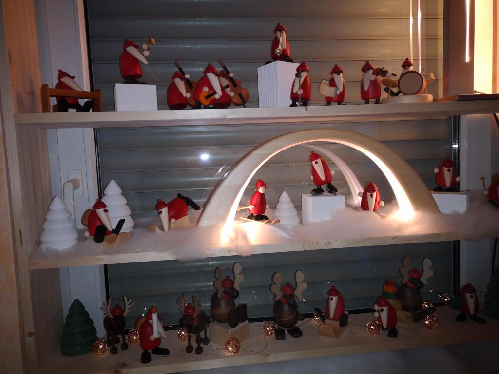 Weihnachtlich dekoriertes Wohnzimmerfenster