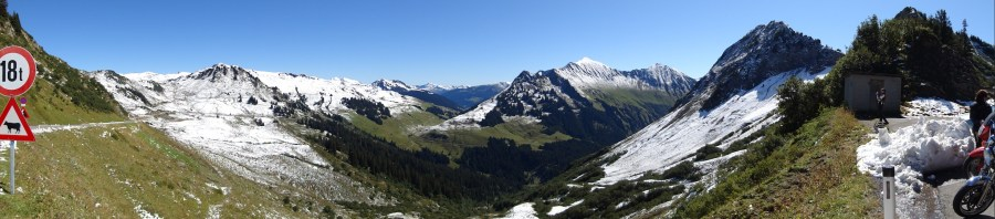 Von oben die Ostanfahrt des Furkajoch mit Blick auf das Tal der Bregenzer Aach.