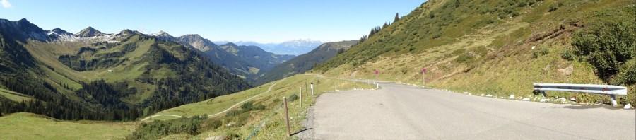 Direkt unterhalb der Passhöhe mit Blick auf das Rheintal und Appenzeller Land
