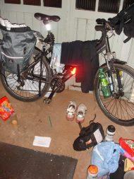Viagem de bicicleta - acampando na garagem