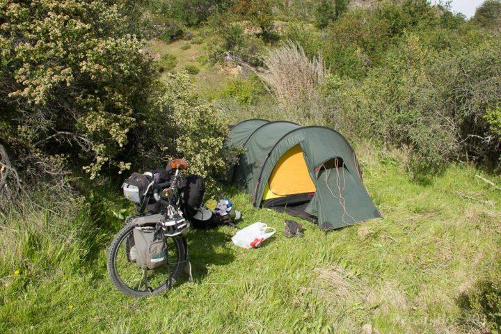 Camping selvagem na beira da estrada, nenhum glamour, só cansaço