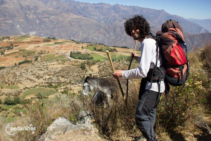 Primeiro dia de trekking. De aqui se avista a Cordilheira Negra e o povoado de Hualcallan