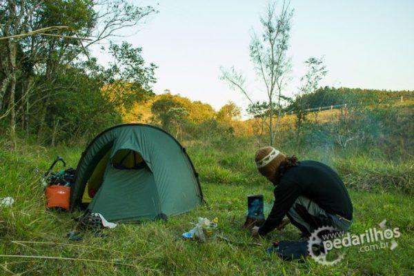 Dificil é chegar no acampamento e depender de lenha molhada.