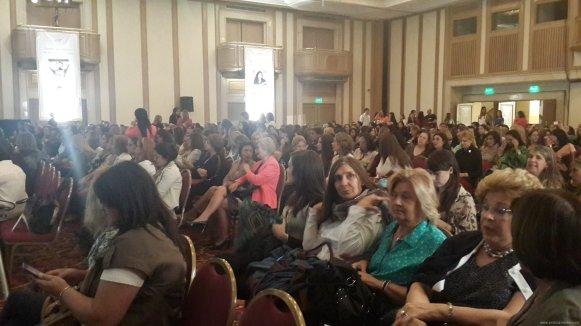 un evento y rodeado de mujeres