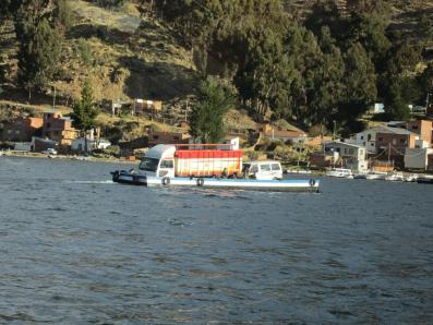 BOLIVIA-Coches cruzando el estrecho