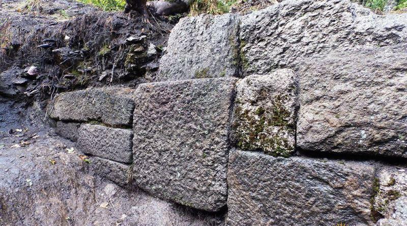 Убаво сочуван дел од ѕидот со блок од бигорен камен во средината