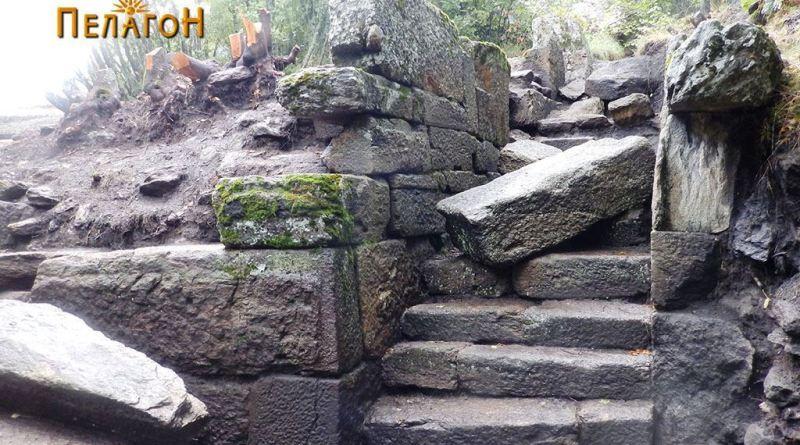 Влезот со скалите и јужната страна